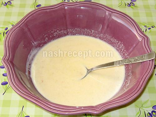 в опару добавляем яйца, мед и масло - v oparu dobavlyaem yaytsa, med i maslo