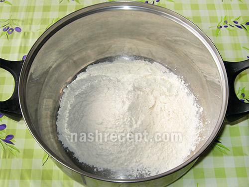 просеиваем муку для пирожков с луком и яйцом - proseivaem muku dlya pirozhkov s lukom i yaytsom