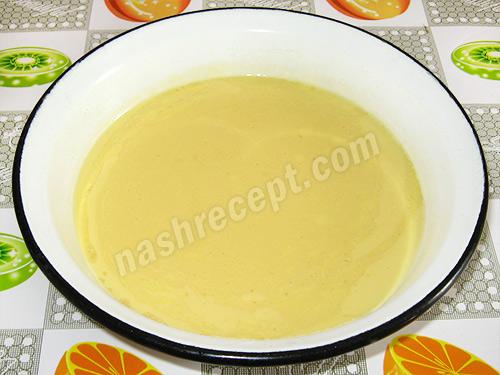 смешиваем маргарин и яйца для вафель