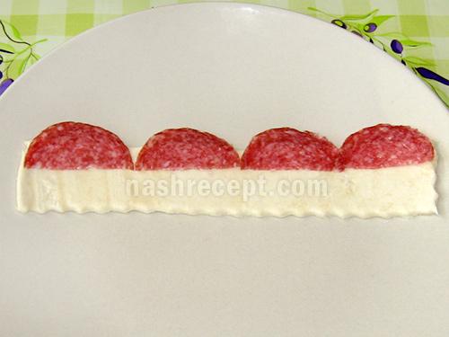 выкладываем колбасу на полоски теста - vykladyvaem kolbasu na poloski testa