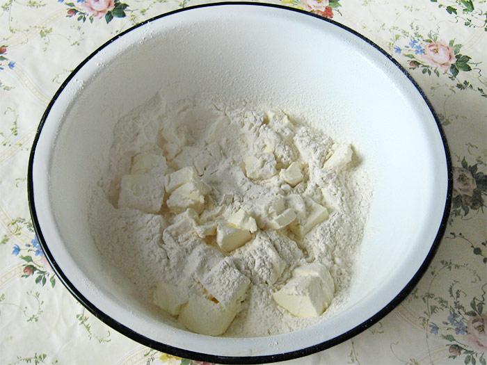 режем маргарин с мукой для монастырской избы - rezhem margarin s mukoy dlya monastyrskoy izby