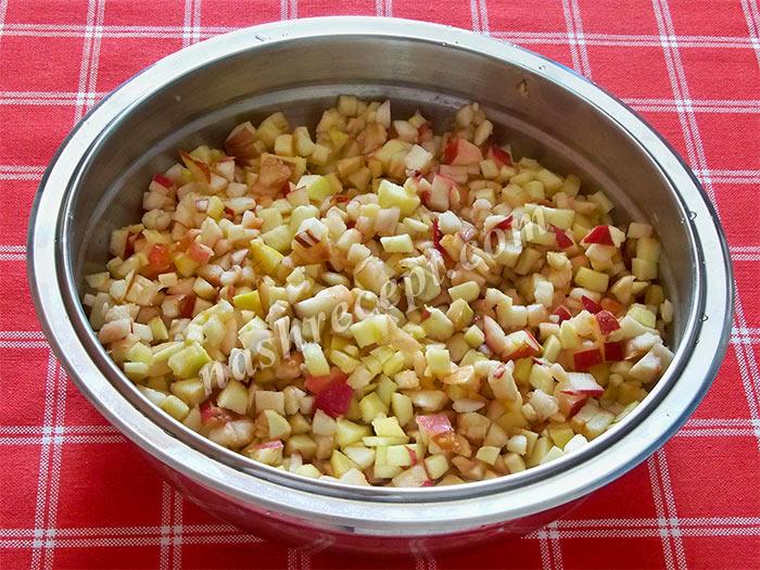 нарезаем яблоки для варенья - narezaem yabloki dlya varenia