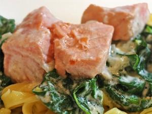 лосось в сливочно-шпинатном соусе - losos v slivochno shpinatnom souse