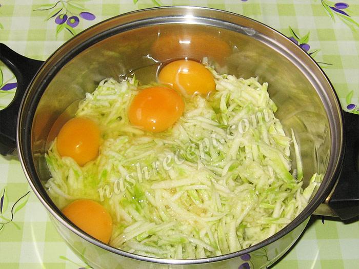 омлет из кабачков: добавляем яйца - omlet iz kabachkov: dobavlyaem yaytsa