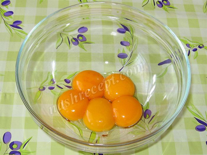 отделяем желтки от белков для шарлотки