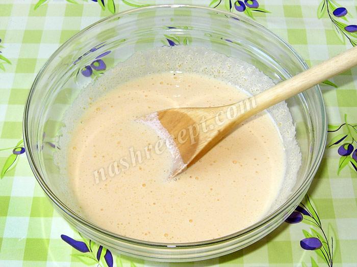 желтки растираем с сахаром для шарлотки - zheltki rastiraem s saharom dlya sharlotki