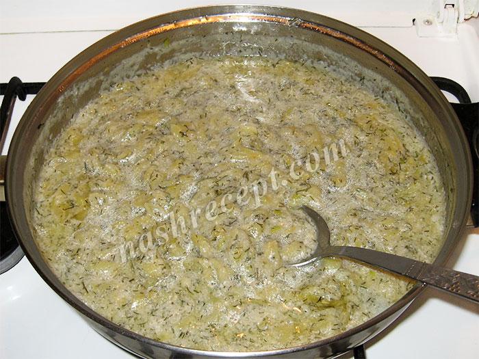 вливаем заготовку для соуса и сливки или сметану - vlivaem zagotovku dlya sousa i slivki ili smetanu