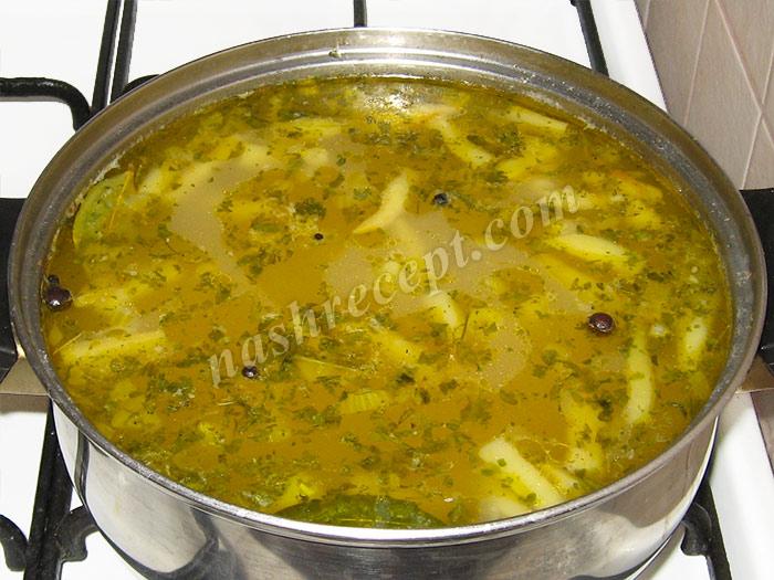 кладем зелень в суп из спаржевой фасоли - kladem zelen v sup iz sparzhevoy fasoli