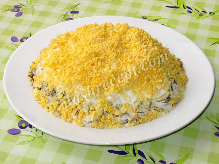"""посыпаем салат """"Подсолнух"""" желтком - posypaem salat podsolnuh zheltkom"""