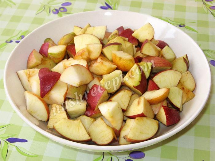 нарезаем яблоки для фруктового пирога - narezaem yabloki dlya fruktovogo piroga