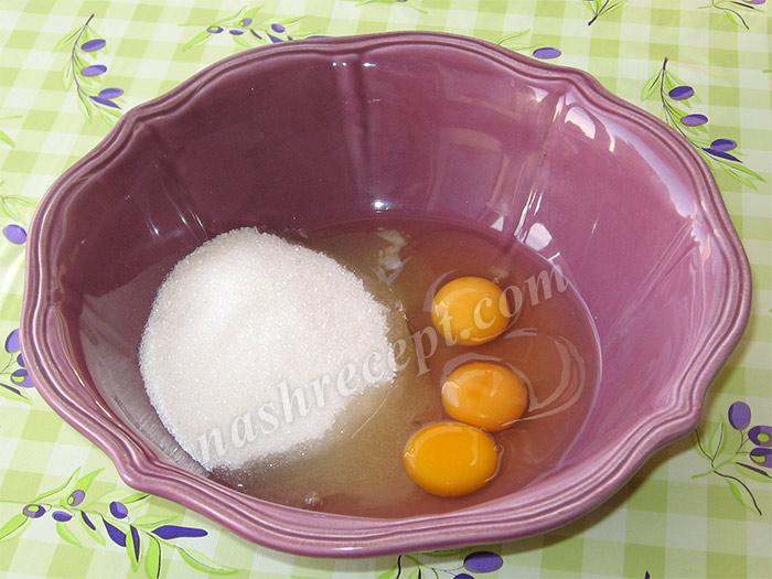 яйца взбиваем с сахаром - yaytsa vzbivaem s saharom