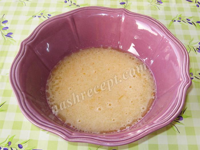 вливаем подсолнечное масло в яичную смесь - vlivaem podsolnechnoe maslo v yaichnuyu smes