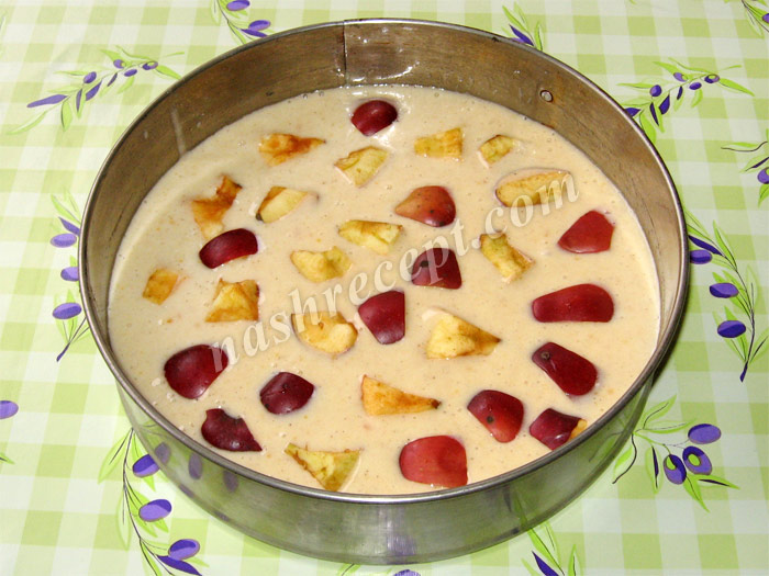 выкладываем кусочки фруктов на тесто - vykladyvaem kusochki fruktov na testo