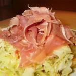 Салат из капусты с пармезаном и ветчиной