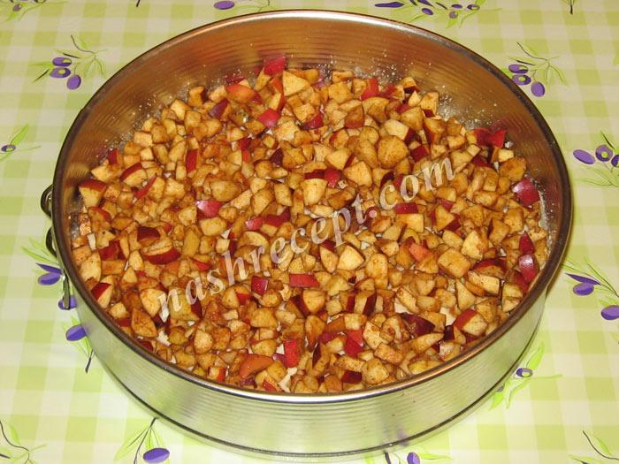 выкладываем яблочную начинку - vykladyvaem yablochnuyu nachinku