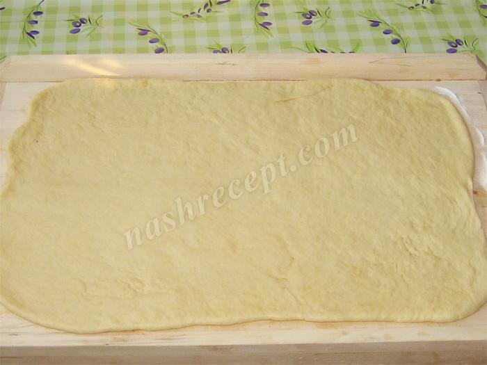 раскатываем тесто для дрожжевого рулета с яблоками - raskatyvaem testo dlya drozhzhevogo ruleta s yablokami