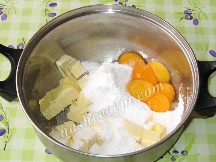 масло, сахарная пудра и желтки для торта Захер - maslo, saharnaya pudra i zheltki dlya torta Sacher