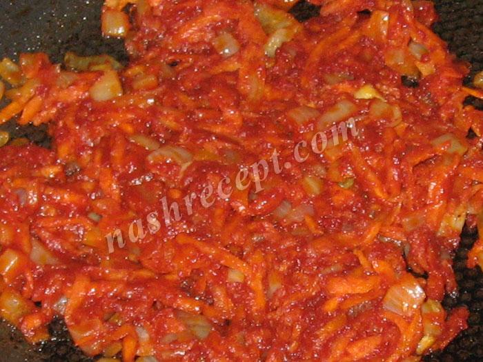 добавляем томатную пасту к кореньям - dobavlyaem tomatnuyu pastu k korenyam