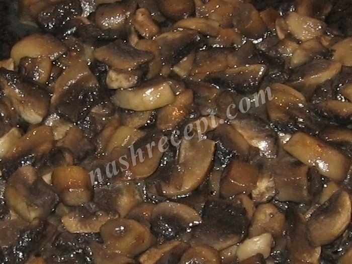 обжариваем грибы для рисового супа - obzharivaem griby dlya risovogo supa