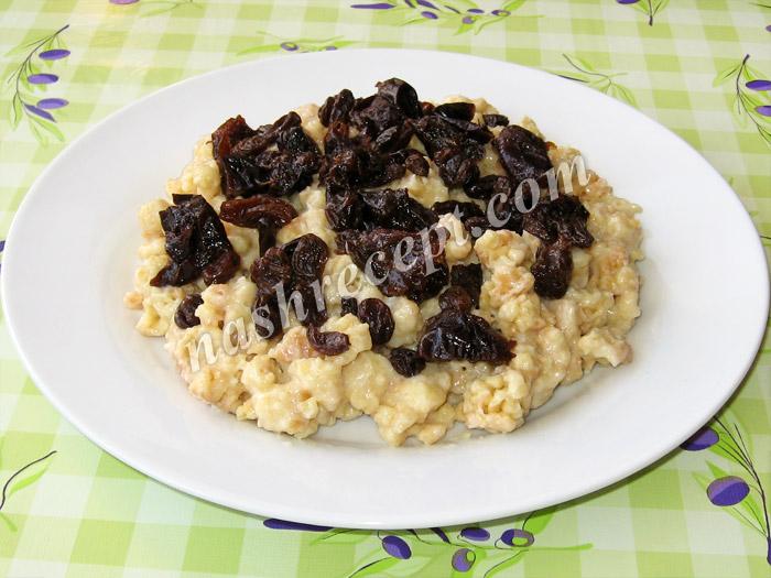 выкладываем часть теста с кремом и сухофрукты для торта Муравейник - vykladyvaem chast testa s kremom i suhofrukty dlya torta Muraveynik