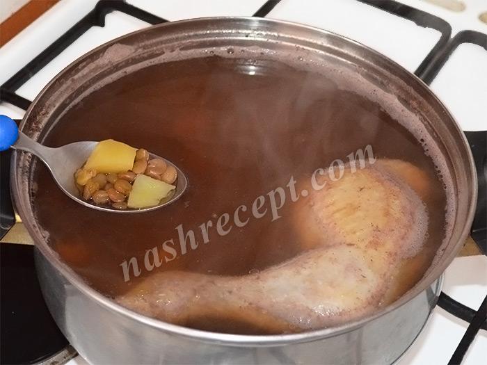 добавляем картофель в чечевичный суп с курицей - dobavlyaem kartofel v chechevichnyi sup s kuritsey