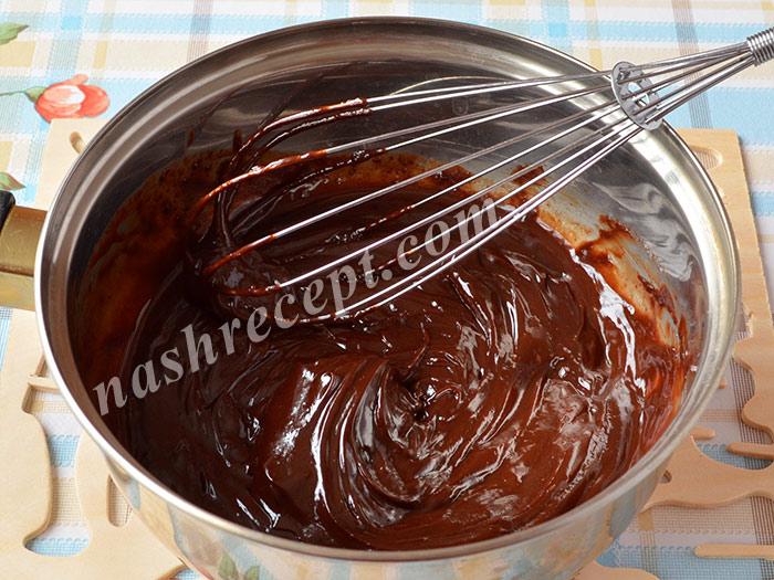 шоколадный ганаш: перемешиваем сливки и шоколад - shokoladnyi ganash: peremeshivaem slivki i shokolad