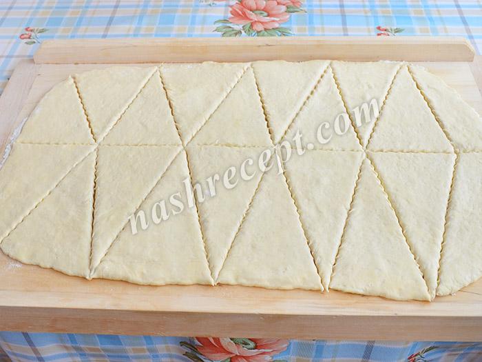 слоеное дрожжевое тесто нарезаем на треугольники - sloenoe drozhzhevoe testo narezaem na treugolniki