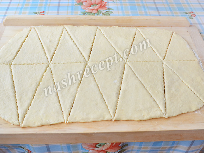тесто для круассанов нарезаем на треугольники - testo dlya kruassanov narezaem na treugolniki