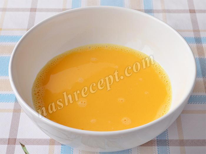 взбиваем яйца с солью для кляра - vzbivaem yaytsa s solyu dlya klyara