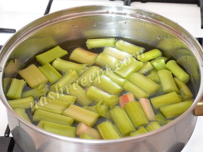 нарезанный ревень помещаем в холодную воду - narezannyi reven pomeschaem v holodnuyu vodu