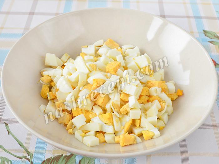 нарезаем яйца для салата - narezaem yaytsa dlya salata