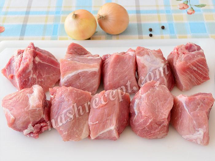 свинину для шашлыка нарезаем кусочками - svininu dlya shashlyka narezaem kusochkami