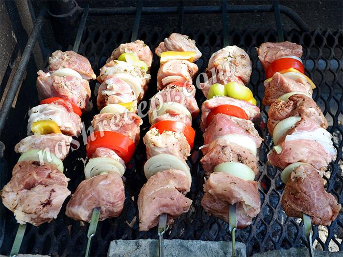 жарим шашлык из свинины - zharim shashlyk iz svininy