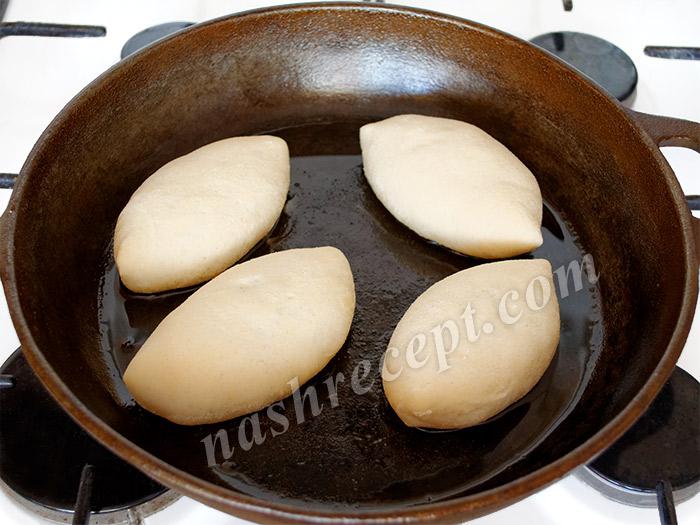 жарим пирожки с капустой - zharim pirozhki s kapustoy