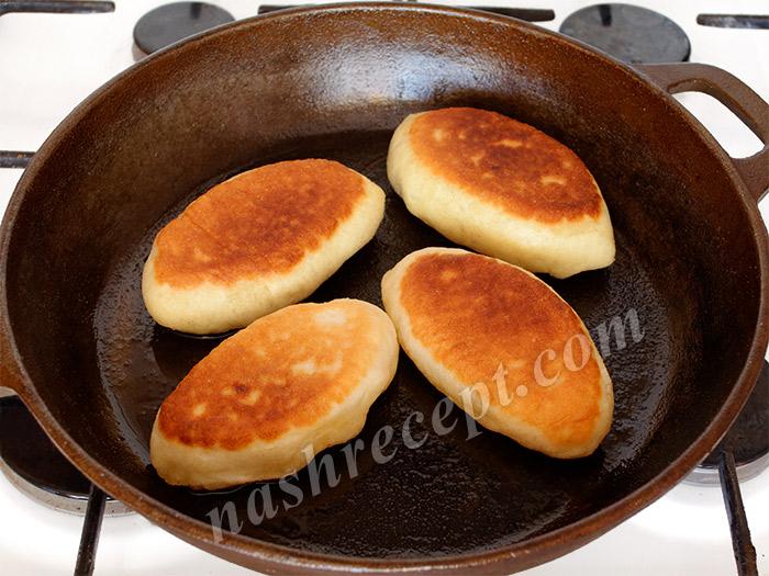 переворачиваем пирожки и жарим с другой стороны - perevorachivaem pirozhki i zharim s drugoy storony