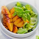 Персики-гриль с зеленым салатом