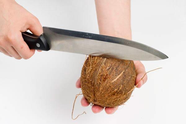 ударяем по кокосу тупой стороной ножа - udaryaem po kokosu tupoy storonoy nozha