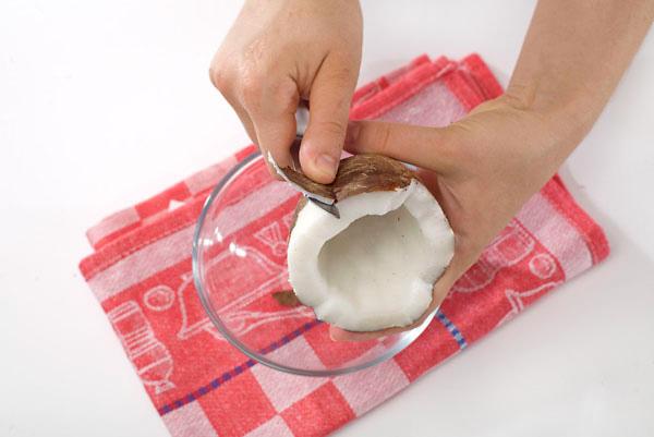 чистим мякоть кокоса от кожицы - chistim myakot kokosa ot kozhitsy