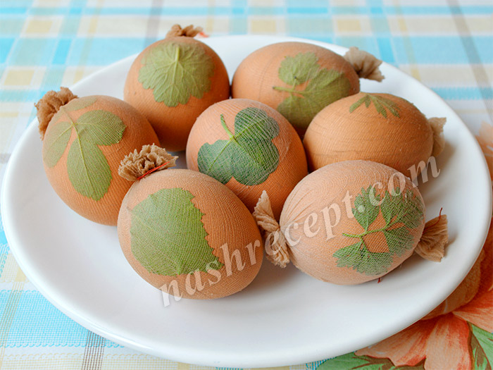 яйца с листочками для окрашивания к Пасхе - yaytsa s listochkami dlya okrashivaniya k Paskhe