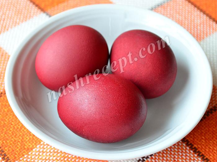 розовые пасхальные яйца, крашенные соком свеклы - rozovye paskhalnye yaytsa, krashennye sokom svekly