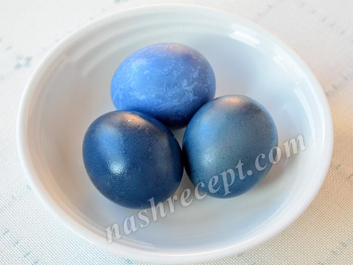 синие пасхальные яйца, крашенные краснокачанной капустой - sinie paskhalnye yaytsa, krashennye krasnokachannoy kapustoy