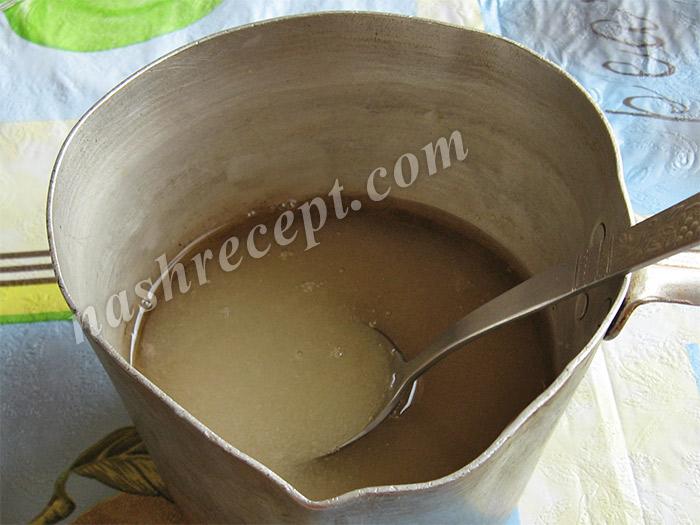 вливаем в сахар воду и уксус - vlivaem v sahar vodu i uksus