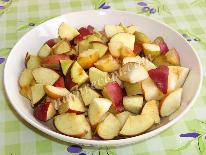 нарезаем яблоки для варенья