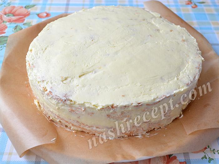 смазываем масляным кремом верх и бока торта