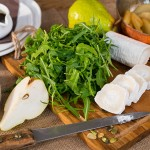 Салат из рукколы с помидорами и грушей