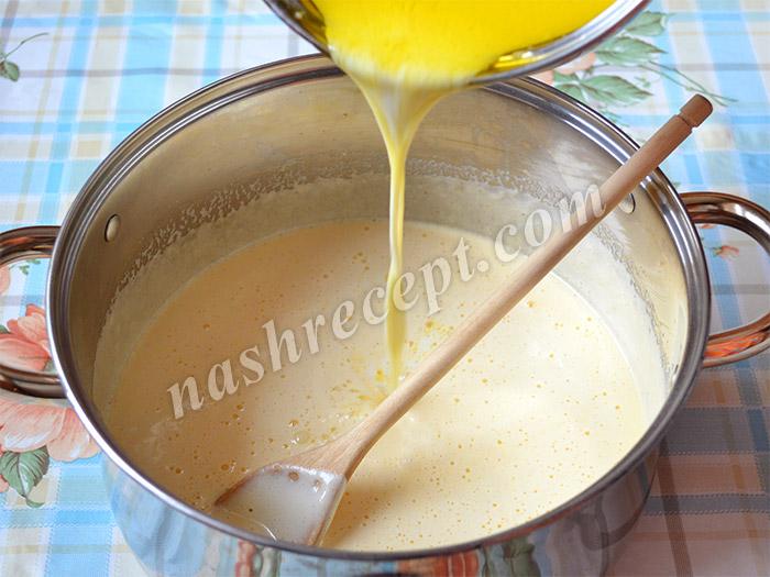 вливаем к яйцам молоко с маслом
