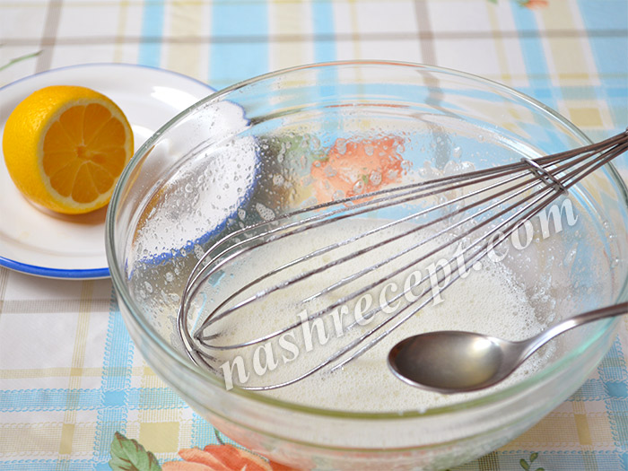 вливаем в глазурь лимонный сок