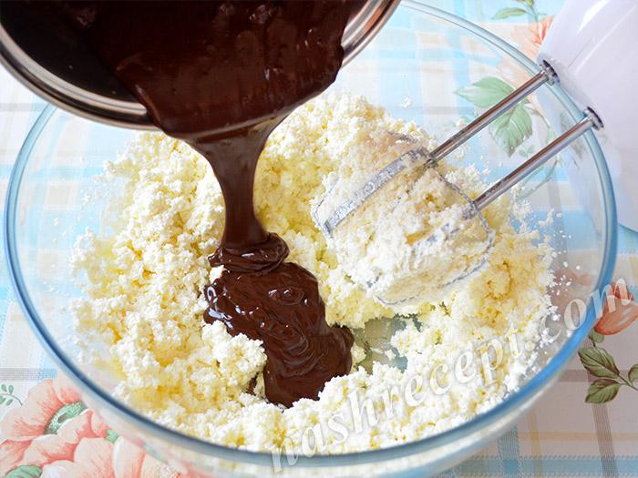 в творожную массу добавляем шоколадный крем