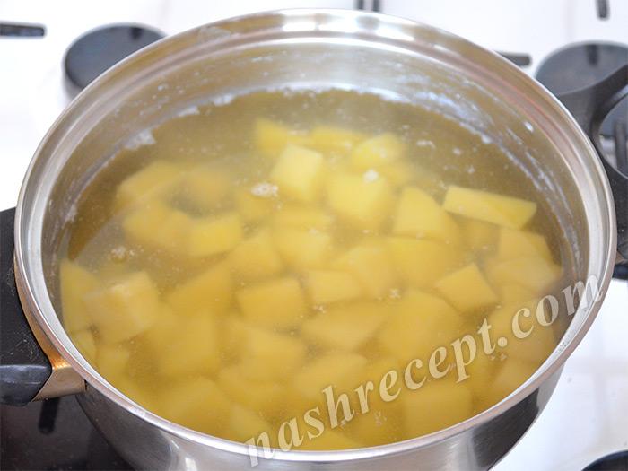 варим картофель для супа-пюре из порея