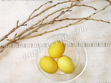 пасхальные яйца, крашенные в желтый цвет веточками тополя